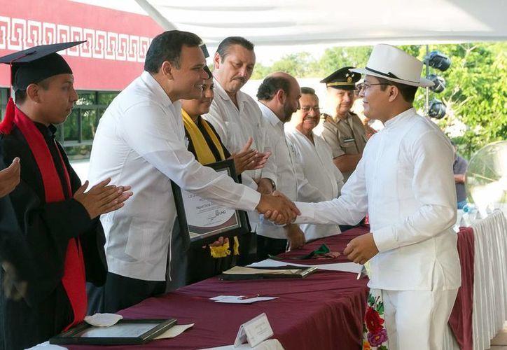 El Gobernador entregó algunos de los certificados a los graduados de la Universidad de Oriente. (Milenio Novedades)