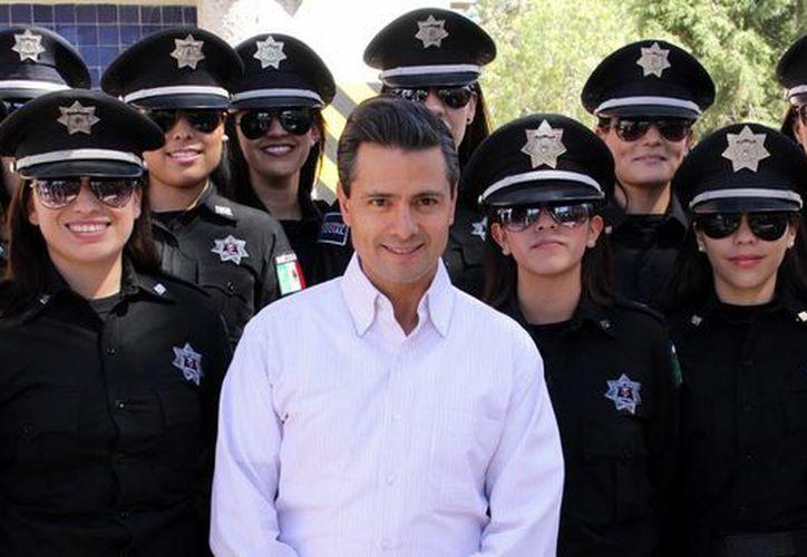 El mandatario federal pidió posar junto a las 20 jóvenes uniformadas. (Archivo/Notimex)