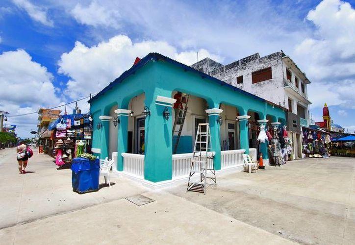 """Las fachadas de las casas que se encuentran a los alrededores del parque """"Benito Juárez"""" de Cozumel. (Redacción/SIPSE)"""
