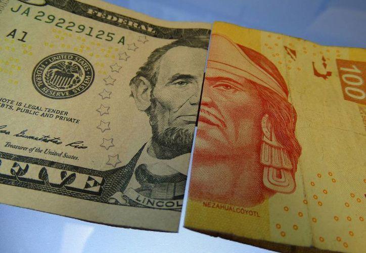 Banamex y Santander venden el dólar en 18.05 pesos; Banorte en 17.80 pesos; mientras que Bancomer en 17.68 pesos. (SIPSE)