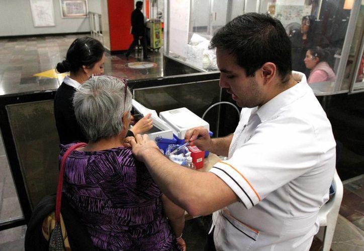 El virus AH1N1 provoca cuadros severos en adultos mayores y pacientes con diabetes y obesidad. (Notimex)