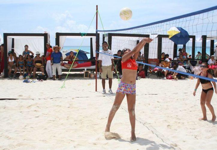 En la categoría micro femenil las chicas de Gacelas de Cancún cobraron venganza y derrotaron a Coatzacoalcos Veracruz. (Raúl Caballero/SIPSE)