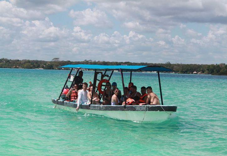 Este turismo representa entre un 30 y 40% de los paseantes que disfrutan de la Laguna de los Siete Colores. (Javier Ortiz/SIPSE)