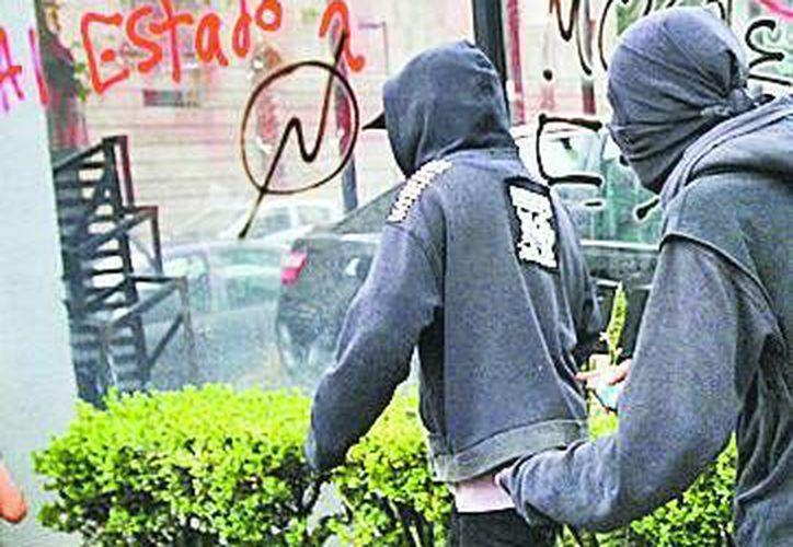 Los granaderos cerraron filas y, lento, avanzaron, lo que enfureció a los jóvenes, que lanzaron decenas de objetos. (Milenio)