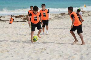 El futbolista español, Juan Mata, convivió con niños en Cancún