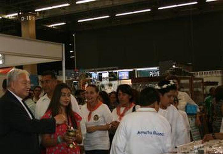 En la Expo-Católica se ofrecen juegos de vestir completos para sacerdotes por 6 mil pesos. (arquidiocesisgdl.org.mx)
