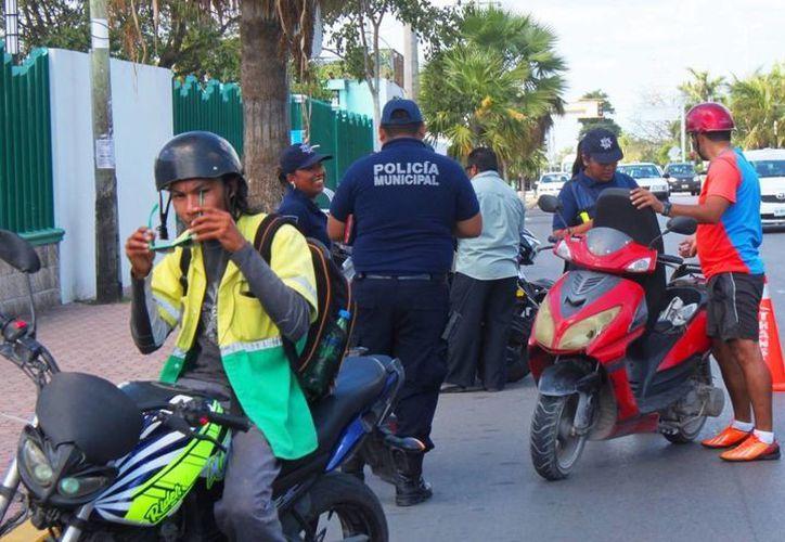 Autoridades policiales y de fiscalización realizan operativos para detectar motos robadas. (Daniel Pacheco/SIPSE)