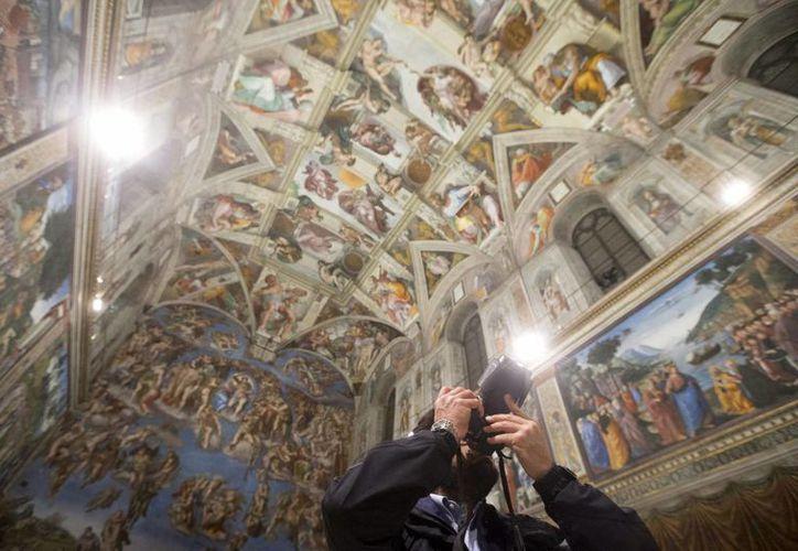 Después de tres años de trabajo científico y tecnológico, el Museo Vaticano instaló un nuevo sistema de aire acondicionado y un sistema LED que ilumina el fresco de Miguel Ángel 'La Creación de Adán', en la Capilla Sixtina. (EFE)