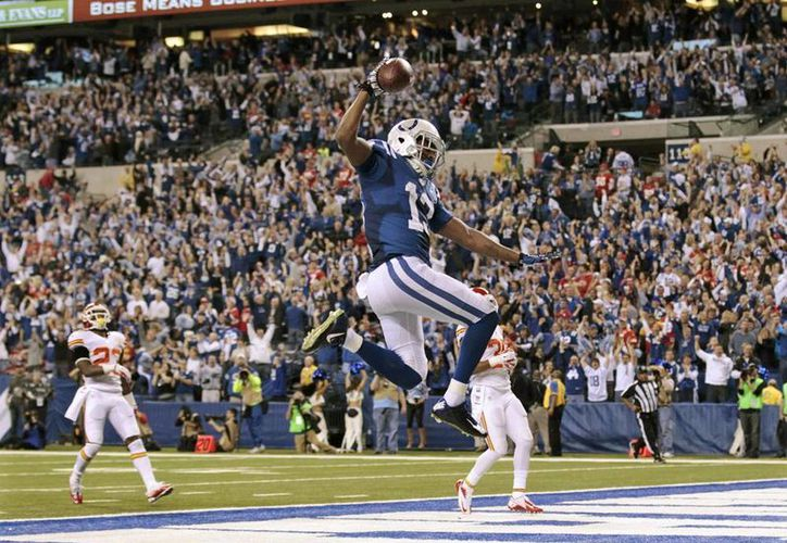 El receptor de Potros de Indianápolis T.Y. Hilton (13) celebra el <i>touchdown</i> que le dio la victoria a su equipo, luego de ir abajo por 28 puntos, frente a Jefe de Kansas City. (Agencias)
