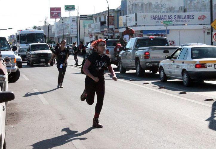 La producción del rally reality show armó un verdadero alboroto en las cercanías del parque de la Alameda. (Ernesto Neveu/SIPSE)