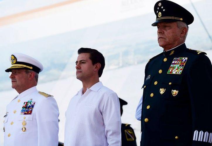 Enrique Peña Nieto, presidente de México, acompañado de los titulares de Marina y Defensa Nacional. (Foto: Especial)