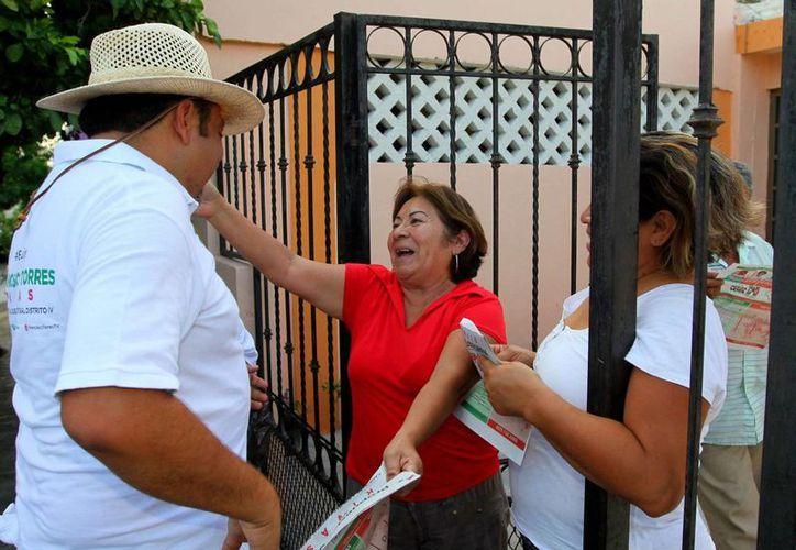 Una vecinal de San José Vergel recibe efusivamente a Francisco Torres Rivas, candidato a diputado federal por el IV Distrito. (SIPSE)