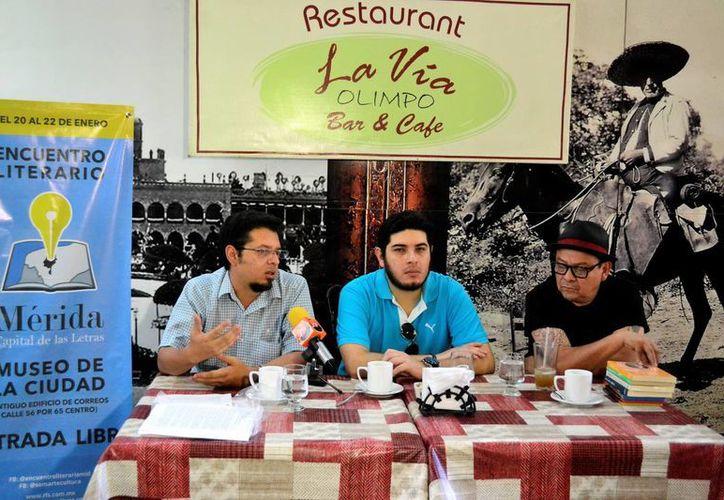 """Ricardo E. Tatto (c), J.M. Servín (d) y Carlos Martín Briseño en la apertura del 1er Encuentro Literario """"Mérida Capital de las Letras"""". (Daniel Sandoval/SIPSE)"""