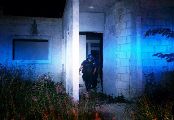 Los elementos policíacos revisaron 40 viviendas abandonas. (Harold Alcocer/SIPSE)