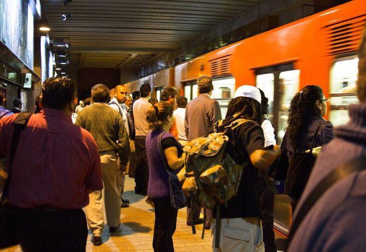 El salario mínimo perdió el 75 por ciento de su poder adquisitivo en los últimos 37 años. Imagen de una estación de metro, el principal transporte de los empleados, en la Ciudad de México. (Archivo/Notimex)
