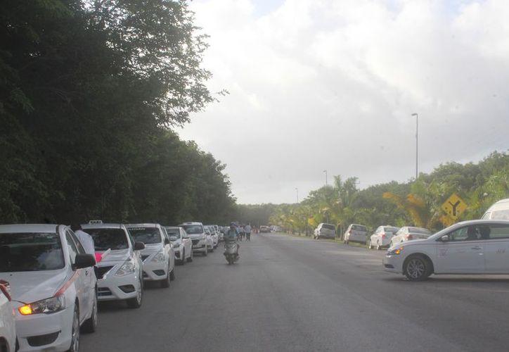 Un grupo de taxistas se mantiene inconforme con la decisión de la autoridad. (Sara Cauich/SIPSE)