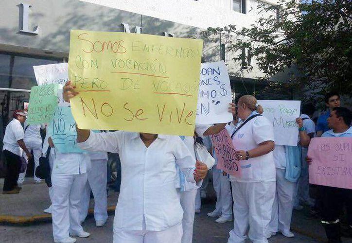 Imagen de los trabajadores inconformes en las puertas del Issste, la dependencia les informó que hasta marzo les pagarán. (Milenio Novedades)