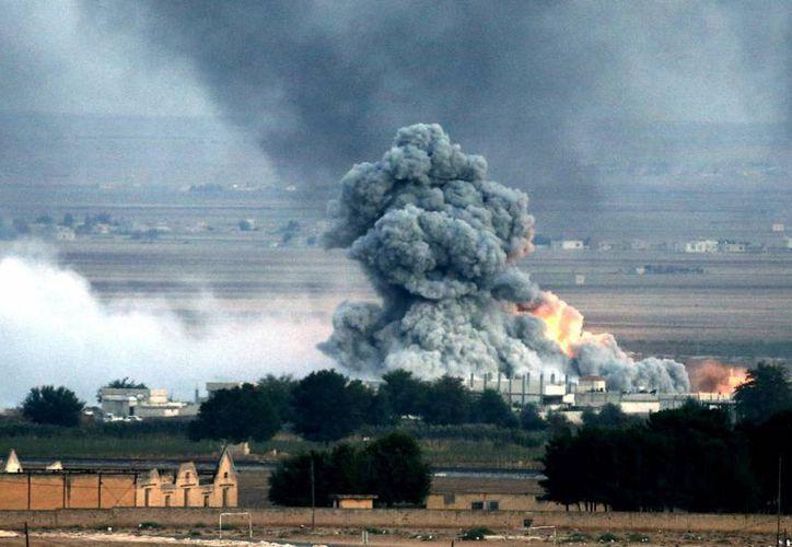 Una explosión tras un bombardeo presuntamente efectuado por la coalición internacional en el enclave kurdo sirio de Kobani, en la frontera con Turquía. (EFE/Archivo)