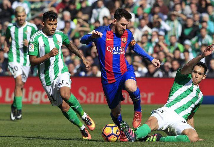 Dado que los árbitros cada vez cometen más errores y más graves, la liga española de fútbol ha decidido implementar el video arbitraje. (Foto de contexto de AP)