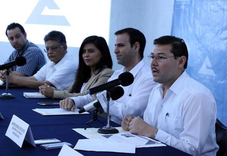 Enrique Castillo Ruz (Der.), secretario estatal de la STyPS, informó que se han abierto 400 empleos en la entidad en los primeros meses del año. (José Acosta)