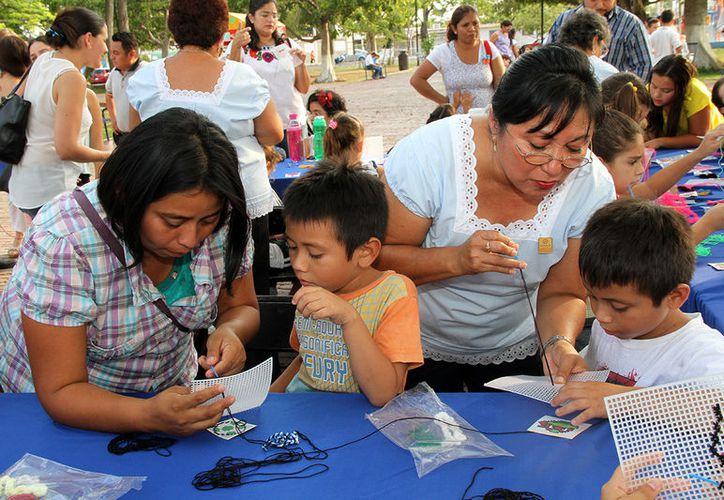 En las clases de bordado, el Ayuntamiento de Mérida entrega a los niños un paquete para que puedan realizar esta tradicional actividad. (Milenio Novedades)