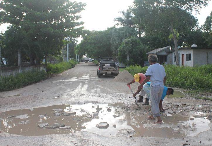 Los baches incrementaron debido a las precipitaciones pluviales que se registraron en los últimos días. (Gloria Poot/SIPSE)