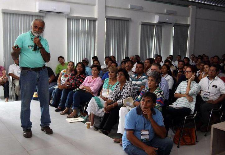 El especialista Jairo Restrepo durante el curso que impartió a centenas de productores yucatecos. (Milenio Novedades)
