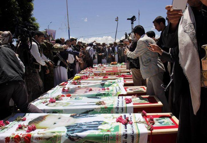 Deudos asisten a un funeral de chiítas fallecidos la semana pasada en atentados a dos mezquitas en Sana, Yemen. La situación en el país se volvió caótica y se ha quedado sin gobierno. (Foto: AP)
