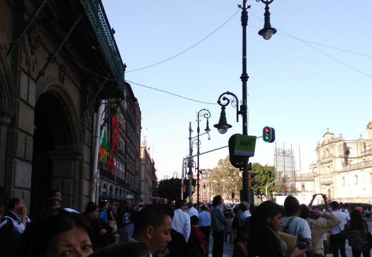 Decenas de personas se detuvieron para buscar las 'esperas plateadas' en el cielo'. (Foto: Twitter)
