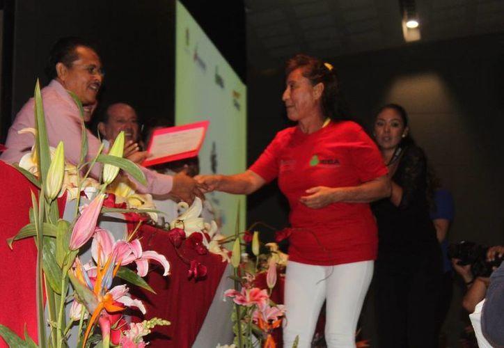 En la conferencia se entregaron constancias de alfabetización a integrantes de la CROC. (Nazly Cen/SIPSE)