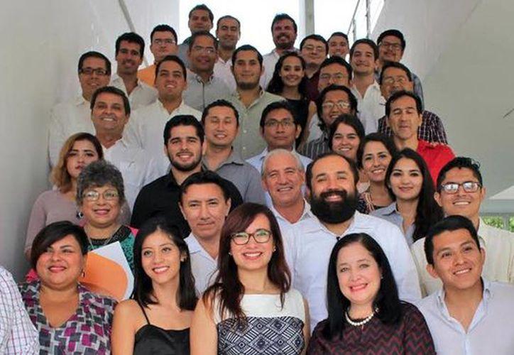 La alianza de Startup México con la Universidad Anáhuac Mayab tuvo como objetivo entrenar a 19 nuevas empresas. Imagen de los emprendedores egresados.(Milenio Novedades)