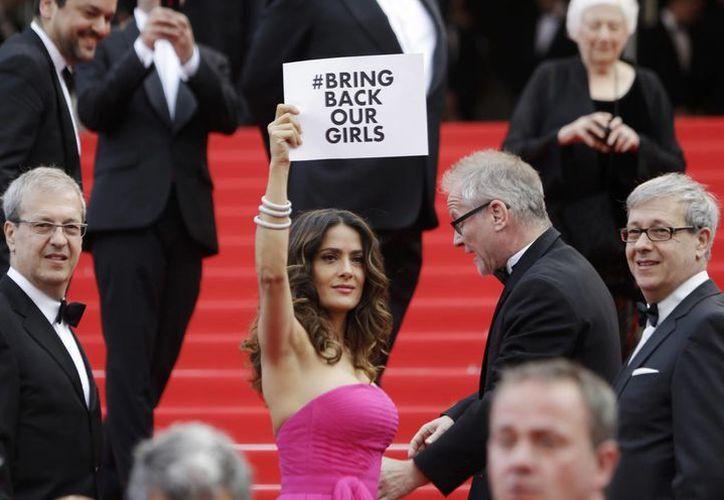 Hayek difundió el mensaje #BringBackOurGirls a su paso por la alfombra roja del festival de cine más importante del mundo. (AP)