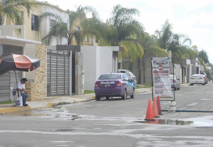 Vecinos del fraccionamiento tomaron la decisión de convertir la calle en una privada e impedir el acceso a cualquier persona. (Harold Alcocer/SIPSE)