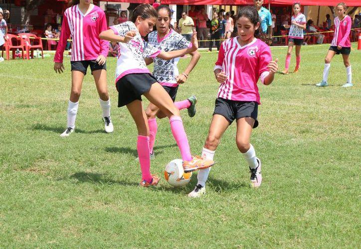 En la categoría femenil, las jugadoras enseñaron pundonor en el Soccer FestFut7. (José Acosta/SIPSE)
