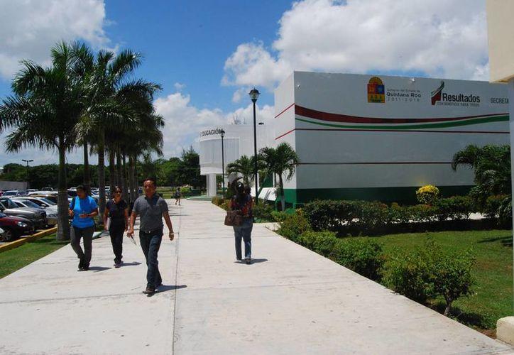 Desde el jueves pasado la Secretaría de Educación en Quintana Roo inició la atención de maestros. Algunos fueron cambiados de municipio sin previo aviso. (Tomás Álvarez/SIPSE)