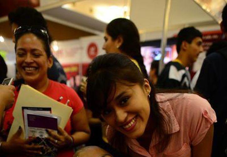 Wendy Martínez, amiga del joven desde la secundaria, lo acompañó a la expo a Carlos Antonio Canché. (Luis Pérez/SIPSE)