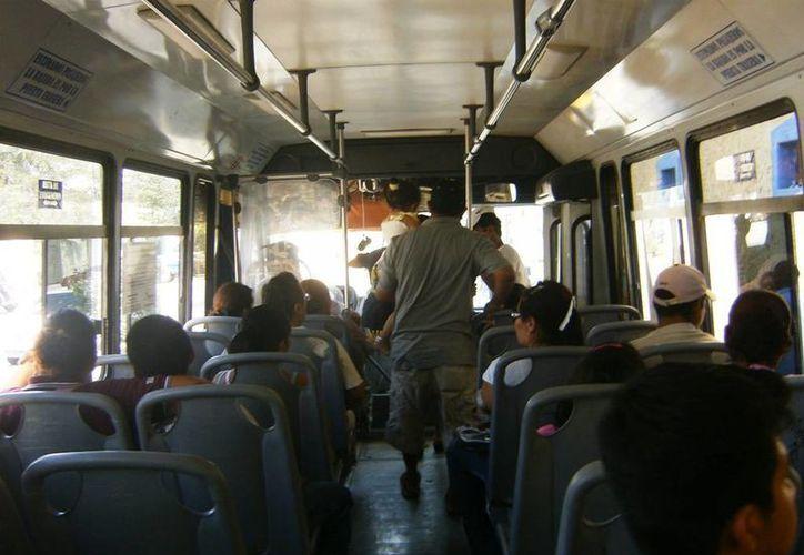 Ningún transporte de empleados de los hoteles llega a Villas del Sol.  (Redacción/SIPSE)