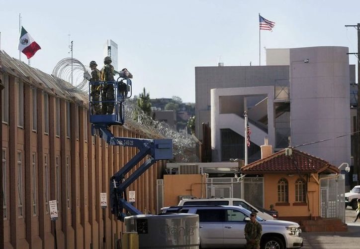 Las autoridades norteamericanas con aros de acero y navajas buscan proteger sus instalaciones fronterizas. (Vanguardia MX)