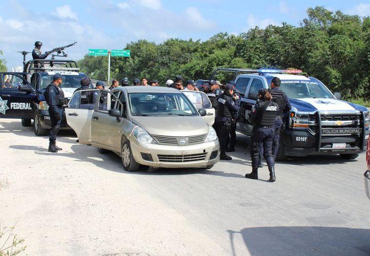 Oficiales aseguraron el auto de los presuntos como parte de las investigaciones. (Foto: Adrián Barreto/SIPSE)