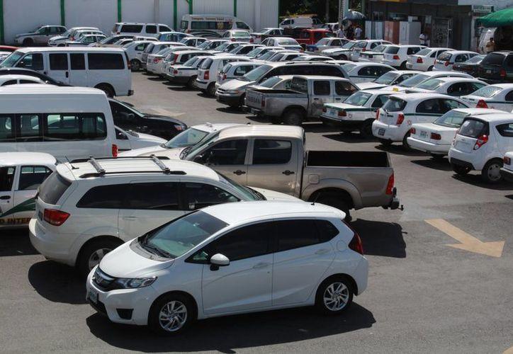 La Asociación de Plazas Comerciales del Sureste sugiere que se deje de cobrar el estacionamiento a  los clientes de las plazas.  (Luis Soto/SIPSE)