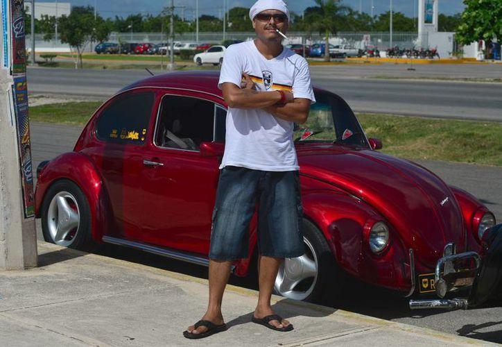Los dueños de Volchos presumieron por calles de Mérida sus adorados Escarabajos. (Luis Pérez/SIPSE)