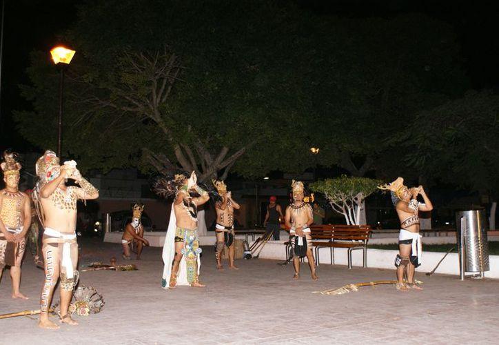 Los integrantes vestidos a la usanza tradicional maya. (Cortesía)
