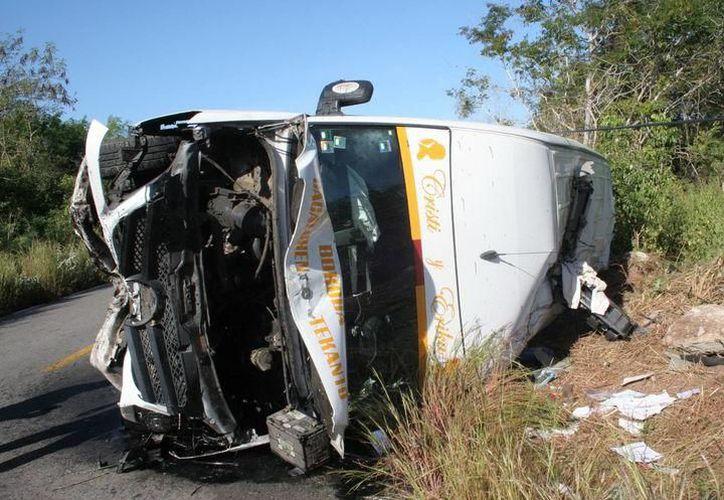 Testigos del accidente solicitaron los servicios de emergencia y en minutos llegaron ambulancias, bomberos y policías. (SIPSE)