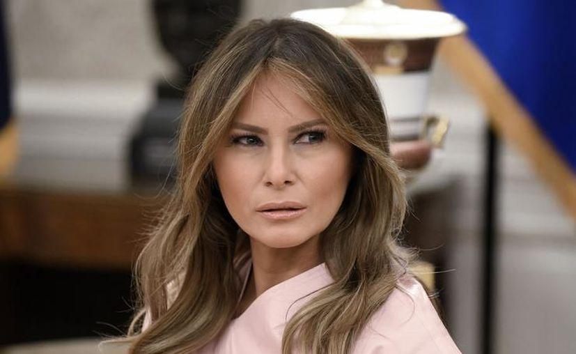 Internautas se mofaron de la pose y la vestimenta de Melania Trump al hacer jardinería. (HotNewHipHop)