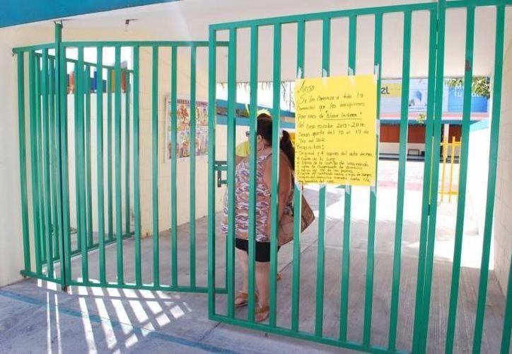 Directora pide a los tutores estar organizados para inscribir a los niños. (Archivo/SIPSE)