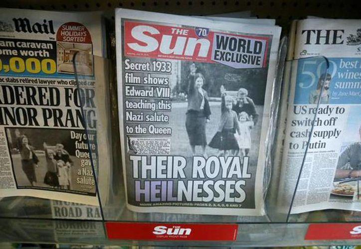 Portadas de periódicos que publicaron la imagen de la reina Isabel II de Inglaterra, de joven, haciendo el saludo nazi. (Agencias)