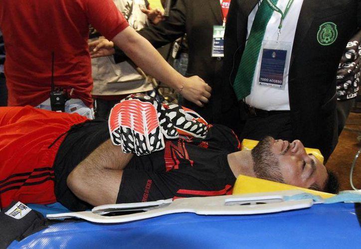 Médico del Cruz Azul confirma que Jesús Corona tiene un problema en las cervicales que viene del choque que sufrió en el duelo del Tri-contra Israel. (Archivo Notimex)