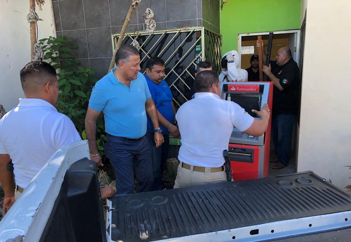 Autoridades subieron el cajero automático a una camioneta para llevarla con los peritos. (Daniel Tejada/SIPSE)