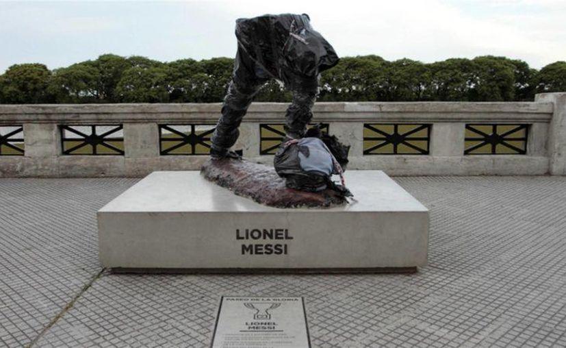 Apenas seis meses después de haber sido inaugurada, la estatua de Lionel Messi colocada en Buenos Aires, fue vandalizada en grado extremo. (Foto tomada de lanacion.com.ar)