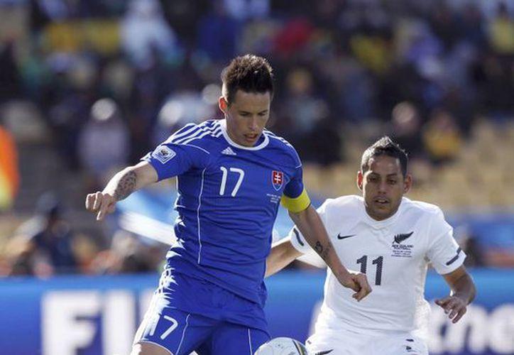 Marek Hamsik (azul) hizo dos de los cuatro goles con que Eslovaquia venció a Luxemburgo para calificar este lunes a la Eurocopa Francia 2016. (que.es)